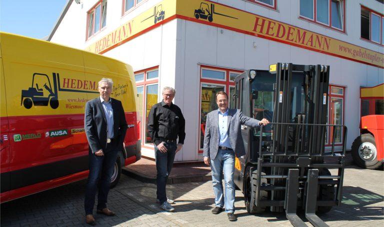 Geschäftsführer Dieter Hillers, Prokurist Hilko Hartmann und Gründer Holger Hedemann vor dem Bürogebäude